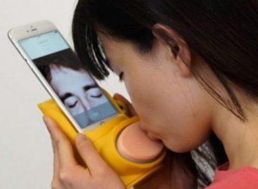 Dispositivo para celular permite beijo na boca à distância