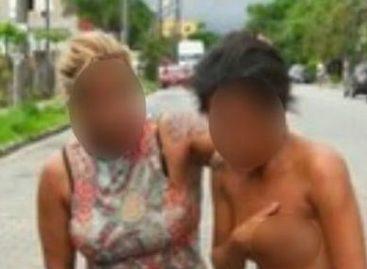 """Mulher traída arrasta """"rival"""" nua por ruas"""