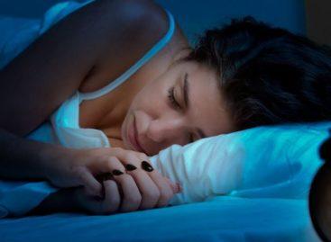 Jeito que você dorme é responsável por enrugar mais a pele do rosto e pescoço