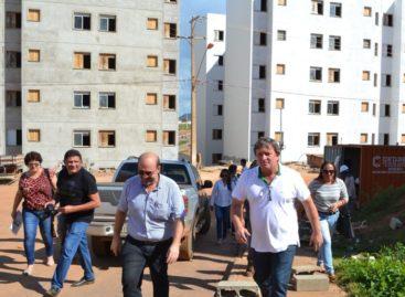 Prefeito e secretários visitam projetos habitacionais do município