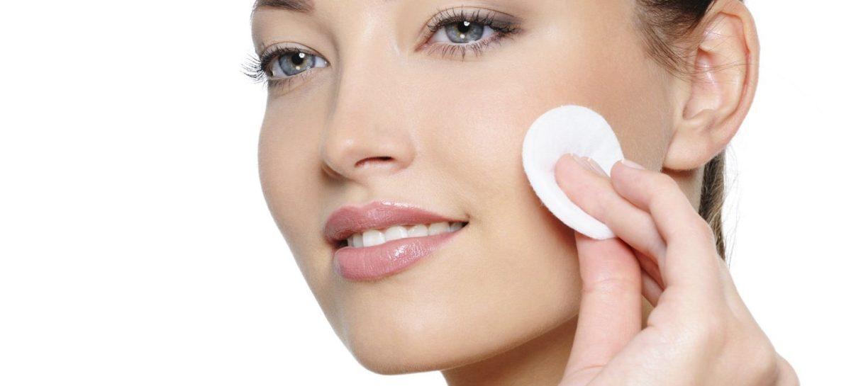 Soro fisiológico no rosto deixa pele de bebê sem aumentar oleosidade, veja como usar