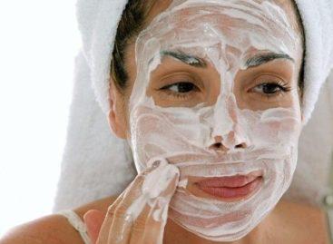 Máscara de bicarbonato de sódio elimina manchas de acne e rejuvenesce a pele
